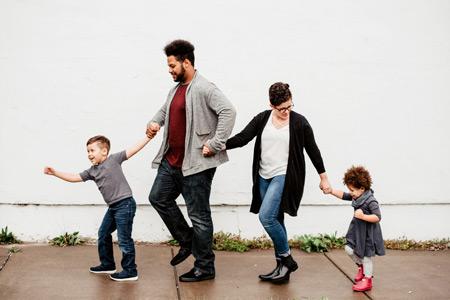 famille avec enfants en balade